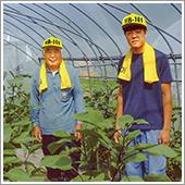 左が32年間もHB-101を使い続けている大槻昌一お祖父ちゃんで、右が私です。